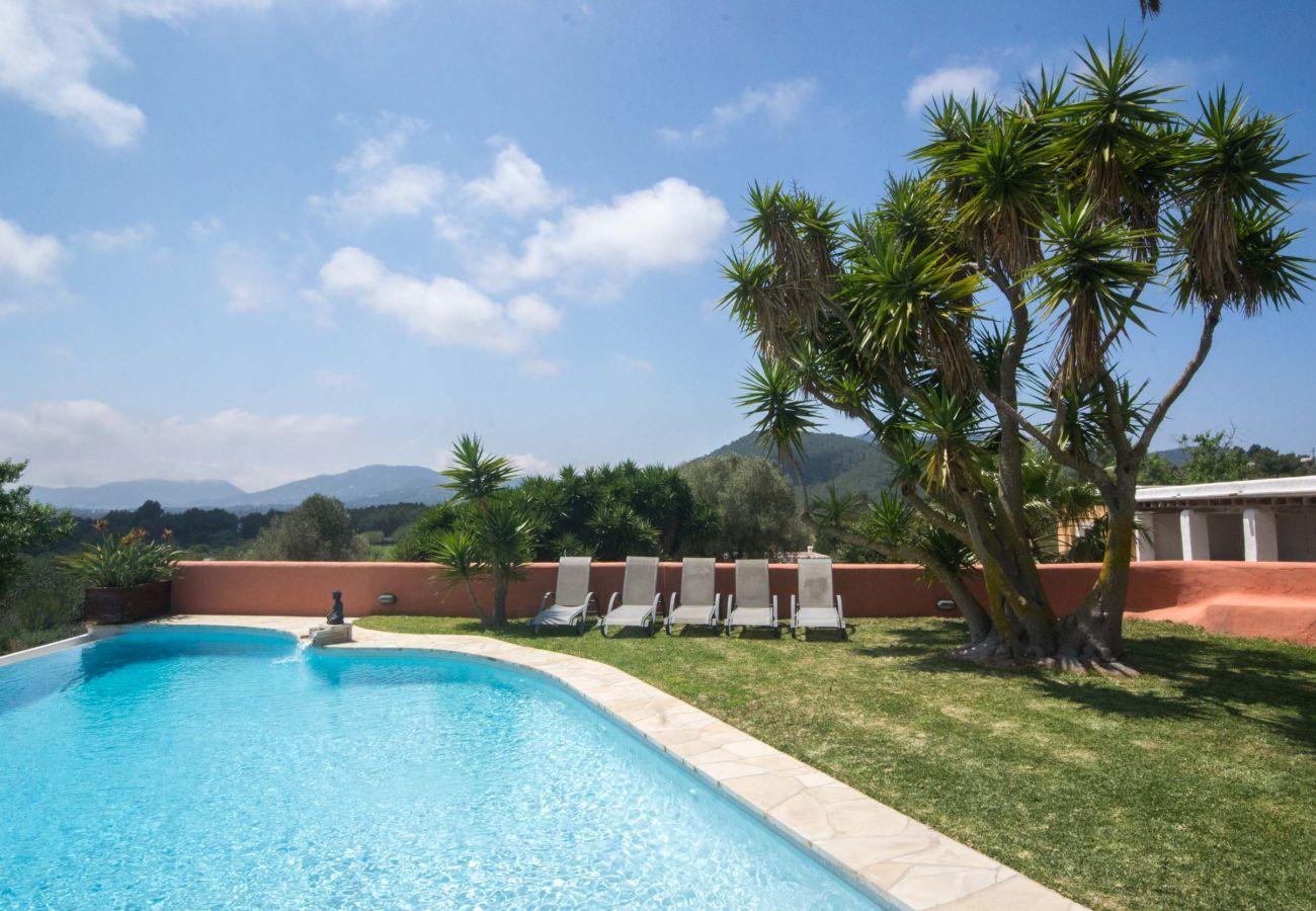 Vistas de piscina y el jardín de la Villa Can Verdera en Sant Josep de Sa Talaia en Ibiza