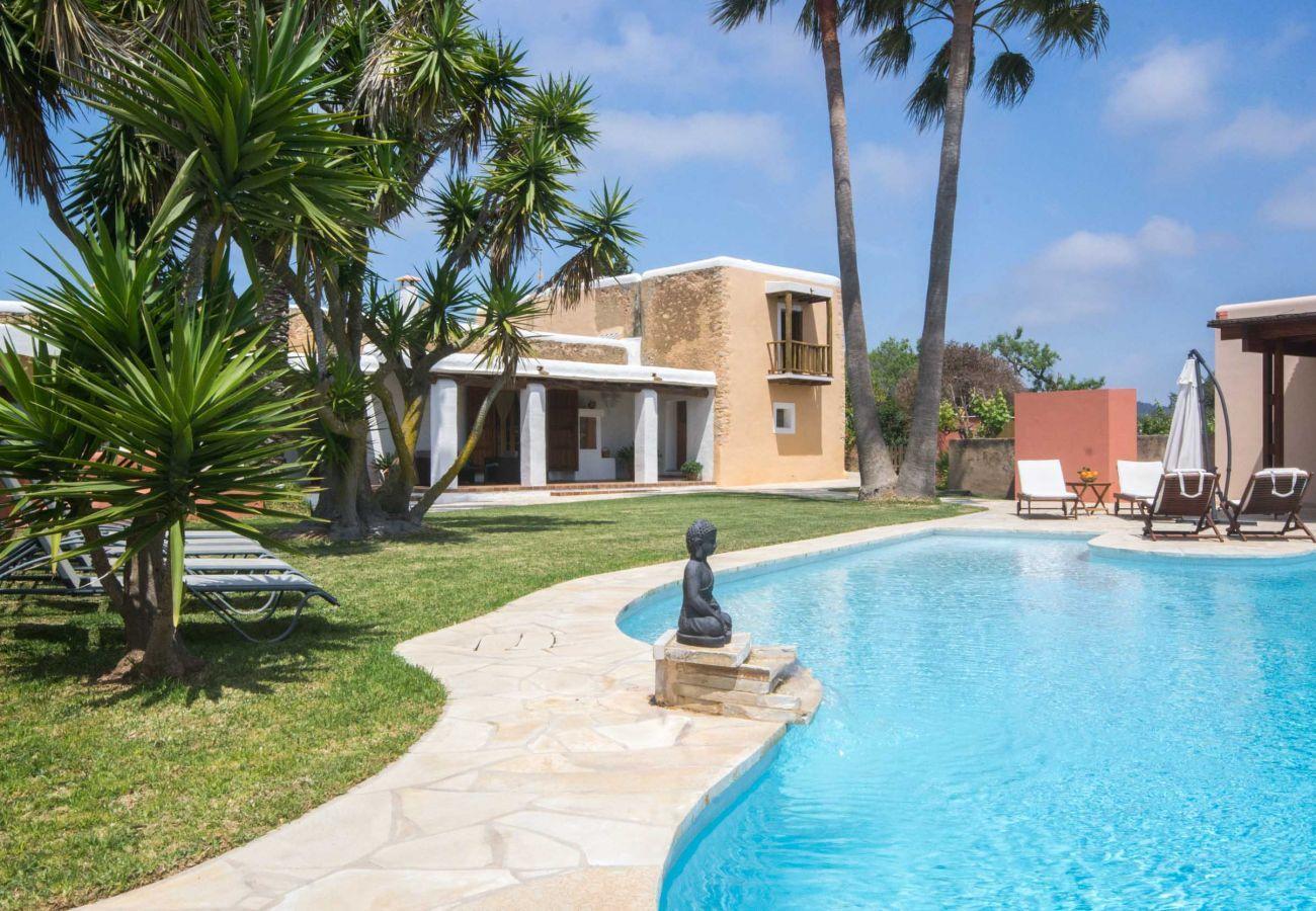 Piscina y jardín en Villa Can Verdera en Ibiza