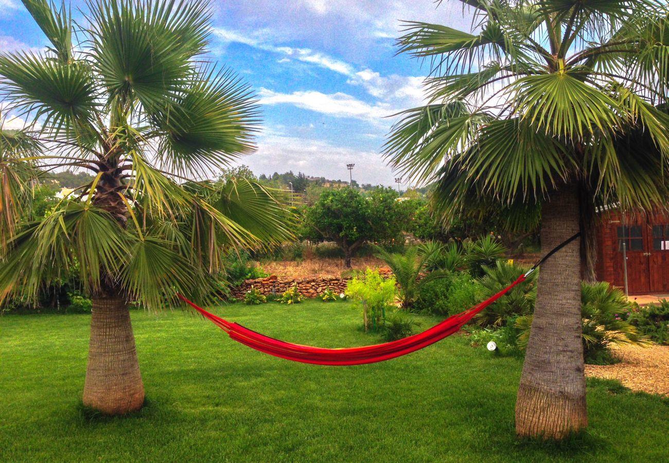Zona de relax en el jardín privado de Las Dalias