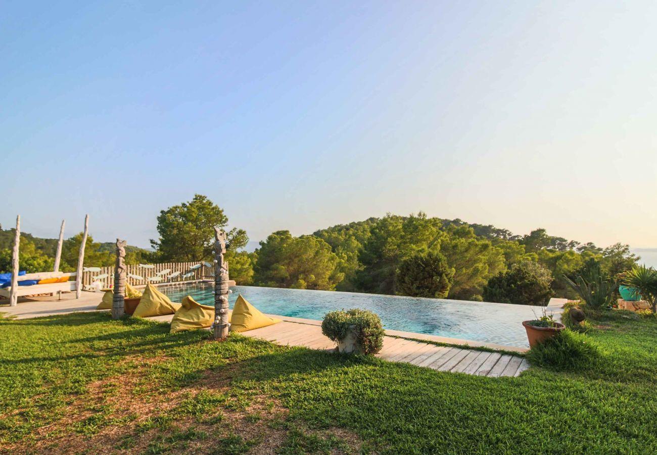 Piscina y vistas de la Villa Sarahmuk en Ibiza