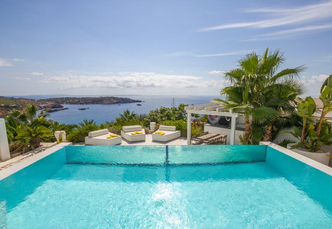 Vistas desde la espectacular piscina de la villa Bora en Ibiza