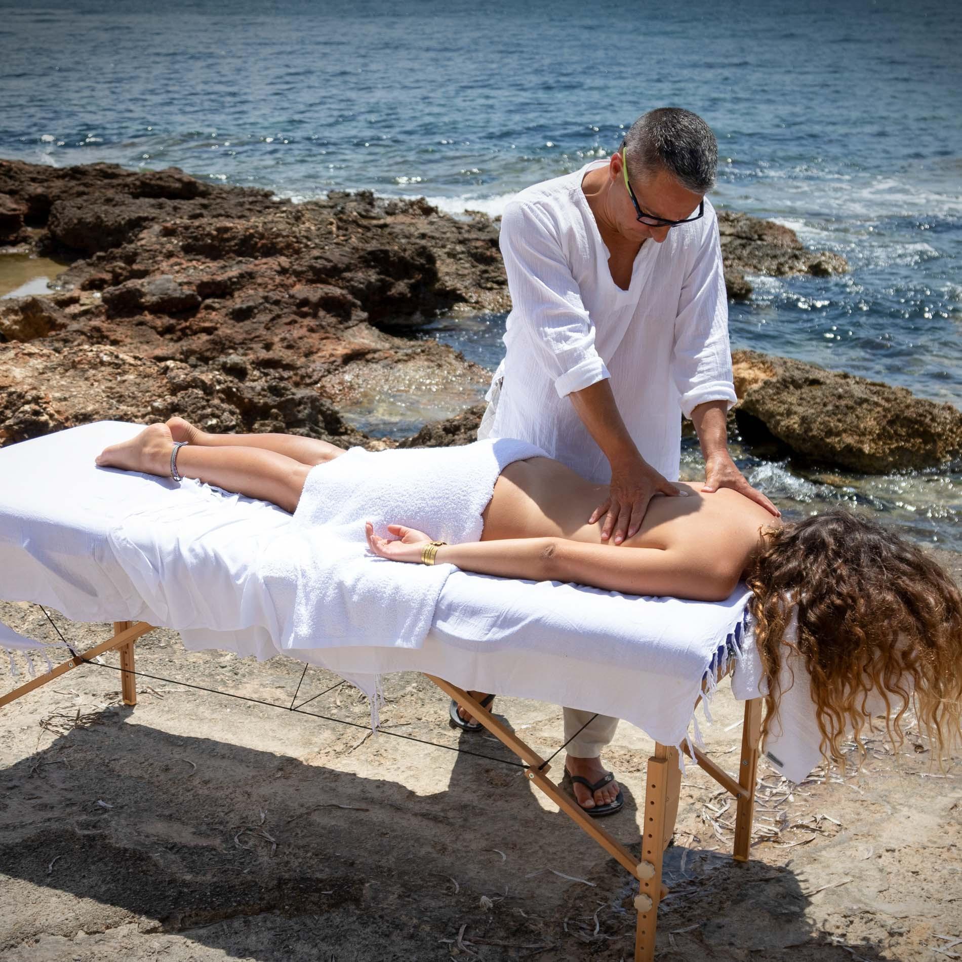 Masaje anti estrés en la orilla de una playa de Ibiza