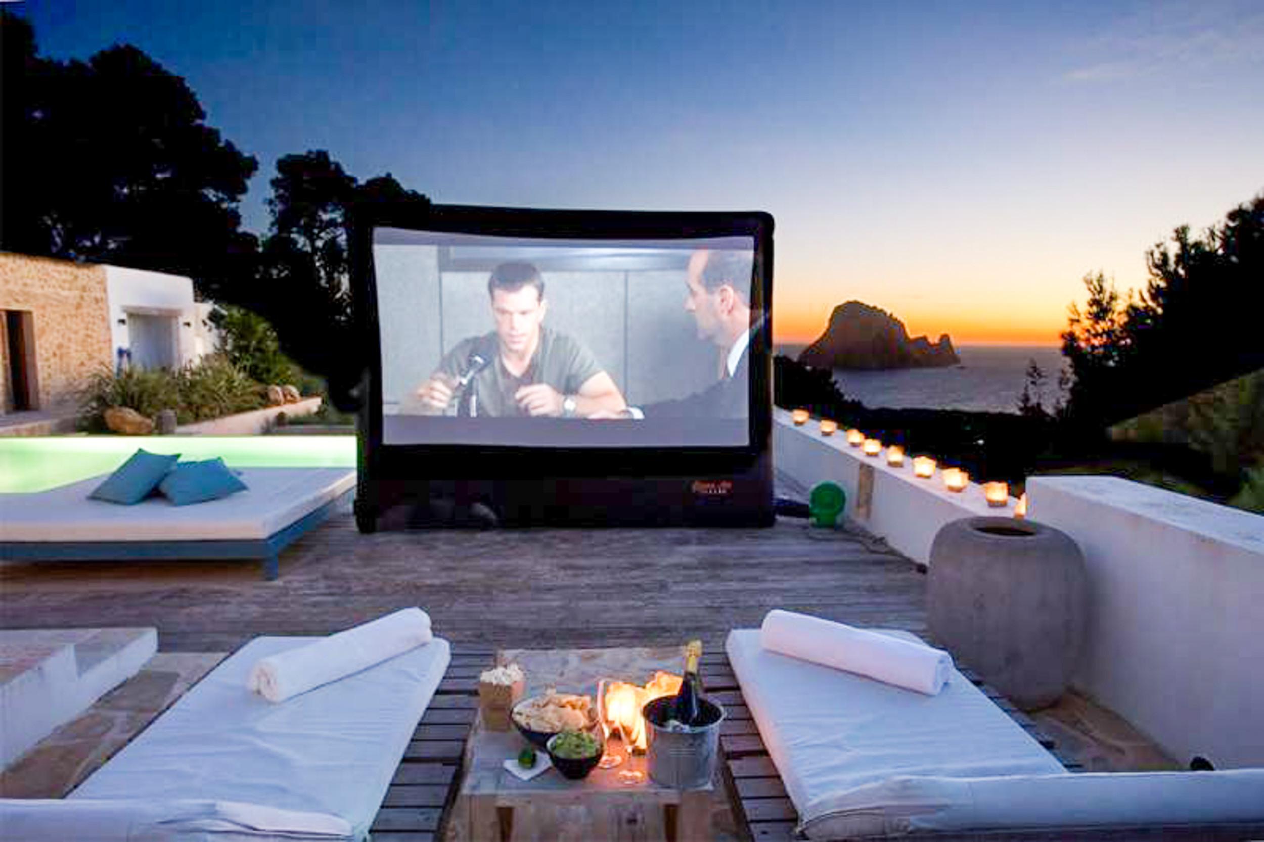 Cine en casa con vistas a la playa de Ibiza