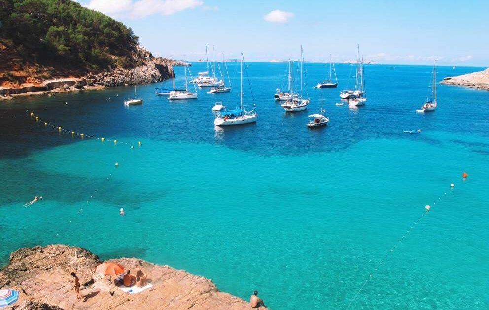 Barcos en una cala de Ibiza