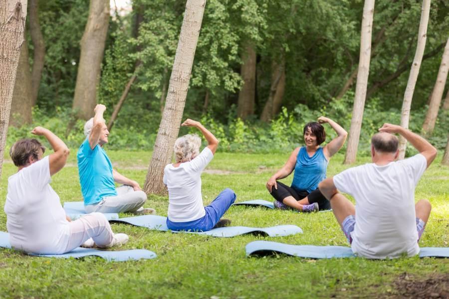 Practicando yoga en grupo en el jardín